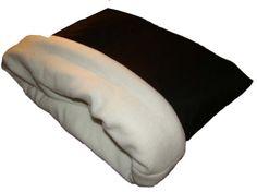 Sehr schöner Kuschelsack oder auch Schlafsack für Hunde und Katzen.Unsere Kuschelsäcke gibt es in vier verschiedenen Größen, bitte einfach passende Größe auswählen.Der Außenstoff besteht aus Baumwolle und der Innenstoff aus hochwertigem, dickem Double Fleece.Gefüttert ist der Sack noch zusätzlich mit zwei Lagen Volumenvlies damit er einfach bequem und kuschelig ist.Der Fleece von innen kann einfach herausgestülpt werden um die Hunde- oder auch Katzenhaar mit einer Bürste zu…