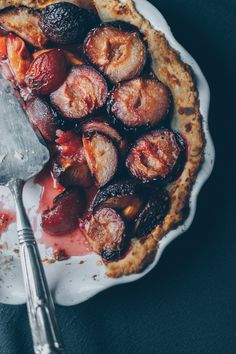 An almost vegan plum pie with honey and black pepper. The vegan pie crust is easy to make and the combination of plum, honey and black pepper very tasty. Vegan Desserts, Vegan Cake, Delicious Desserts, Dessert Recipes, Plum Recipes, Vegan Recipes, Vegan Pie Crust, Vegan Tarts, Dark Food Photography
