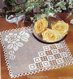 Centrino a filet all'uncinetto con rosa su un lato e forme geometriche sull'altro.   http://idi-k-nam.ru/post327095673/