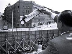 Berlinense acena para parente que ficou preso do outro lado do muro, em agosto de 1967, após a divisão da capital. Em agosto de 1961, a Alemanha Oriental deu a ordem para a construção de um muro de proteção antifascista, com o objetivo de separar a parte leste (setor soviético) do lado oeste capitalista (aliados). Durante 28 anos, a barreira física dividiu Berlim, separando famílias e amigos. Cinquenta anos depois, os alemães relembram um dos principais símbolos da Guerra Fria  Foto: Getty…