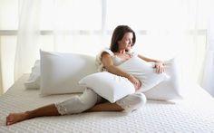 dormitorio-con-ropa-de-cama-blanca