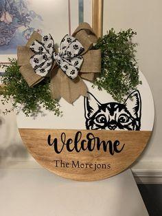 Wooden Door Signs, Wooden Door Hangers, Wooden Doors, Welcome Signs Front Door, Wooden Welcome Signs, Craft Font, Wood Crafts, Diy Crafts, Wood Wreath