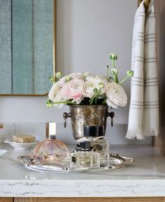 Os detalhes da decoração fazem toda a diferença! Objetos delicados, prata e flores compõem a decoração sobre a pia do lavabo. 🌿🏠  #lilianazenaro #decoracao #reforma #interiores #designdeinteriores #decoradora #lavabo