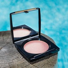 Use Sparkling Peche dry for a subtle glow or apply wet for a more intense look.