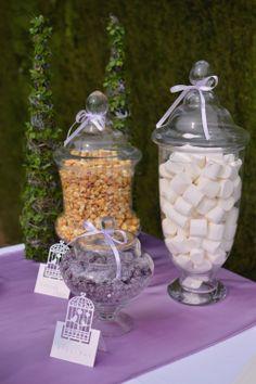 Caramelos de violetas, nubes y palomitas de caramelo para mesa dulce de boda / Violet candies, marshmallows and toffee pop corn from a wedding candy table