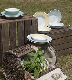 Mediterrane Farben für euren Tisch: Dibbern Solid Color lichtgrau, salbei und vanille.