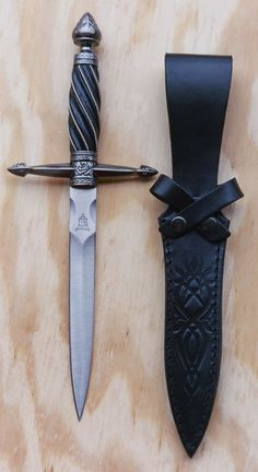 Round Table Dagger by United Cutlery Pretty Knives, Cool Knives, Ninja Weapons, Weapons Guns, Swords And Daggers, Knives And Swords, United Cutlery, Cool Swords, Dagger Knife