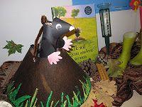Deze heb ik nog niet eerder gezien; e, en molletje uit zijn hol n.a.v. het boek, 'ik wil de maan' La Petite Taupe, Animal Habitats, Groundhog Day, Smiley, Puppets, Lanterns, Dinosaur Stuffed Animal, Kindergarten, Halloween