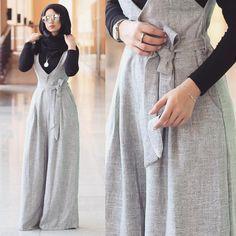Hoe jumpsuits met hijab te dragen - Just Trendy Girls - Galaxy Mode Jumpsuit Hijab, Hijab Dress, Hijab Outfit, Hijab Wear, Islamic Fashion, Muslim Fashion, Modest Fashion, Fashion Dresses, Modest Dresses