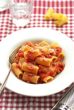 Pasta with amatriciana sauce (tomatoes and special bacon). So easy and so good. (in French) Pasta Noodles, Bacon, Tomatoes, Breakfast, Ethnic Recipes, Sweet, French, Rome, Rome Italy