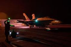 """151231-N-DZ642-166 ARABIAN GULF (31 de diciembre de 2015) Un Hornet F / A-18C, asignado a los """"Rampagers"""" del Escuadrón de Cazas de Ataque (VFA) 83, se prepara para lanzarse desde la cubierta de vuelo del portaaviones USS Harry S. Truman (CVN 75).  Harry S. Truman Carrier Strike Group se despliega en apoyo de Operation Inherent Resolve, operaciones de seguridad marítima y esfuerzos de cooperación de seguridad teatral en el área de operaciones de la Quinta Flota de EE. UU.  (Foto de la Marina…"""