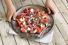 En verkligt fräsch sommarfavorit där vattenmelonen får en helt ny karaktär då den blandas med syrlig lime och fetaost. Underbart god till grillat, eller som här på en buffé med andra sommarsmaker.