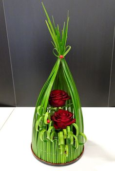 round oasis, pins, grass, few big flowers is part of Rose flower arrangements - Arrangement Floral Rose, Contemporary Flower Arrangements, Tropical Floral Arrangements, Creative Flower Arrangements, Unique Flower Arrangements, Ikebana Flower Arrangement, Unusual Flowers, Beautiful Flowers, Big Flowers