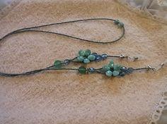 お花で可愛くメガネチェーンを作ってみました。 花の部分はアクリルビーズ アクセントの天然石はグリーンメノウです☆長さ:約77cm✿長さの変更承ります(ご注文よ...|ハンドメイド、手作り、手仕事品の通販・販売・購入ならCreema。