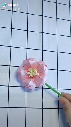 Instruções Origami, Paper Crafts Origami, Diy Crafts To Do, Diy Arts And Crafts, Diy Birthday Cards For Mom, Paper Decorations, Craft Work, Flower Making, Paper Flowers