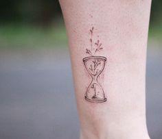 Tatuagem criada pelo tatuador Vini de Catiguá, São Paulo.    Ampulheta delicada na perna.