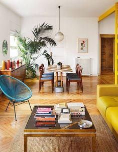 Un fauteuil Acapulco bleu dans un salon rétro