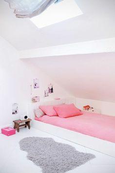 chambre sous pente ado fille, tapis en gris et murs blancs
