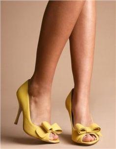 Une touche de jaune aux pieds pour la mariée ou les demoiselles d'honneur