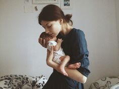 Take a look at these beautiful and inspiring motherhood photos. Foto Newborn, Newborn Photos, Newborn Bows, Baby Pictures, Baby Photos, Newborn Photography, Family Photography, Little Babies, Baby Kids