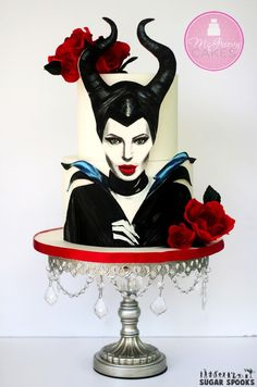 How to paint on gumpaste to make this incredible Maleficent Cake Pretty Cakes, Cute Cakes, Beautiful Cakes, Amazing Cakes, Crazy Cakes, Fancy Cakes, Bolo Halloween, Halloween Cakes, Maleficent Cake