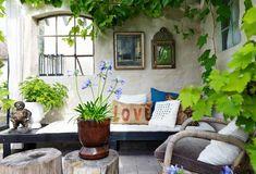 Lottas orangeri är ett rum att må bra i, inte minst när det regnar. Här trivs både växter och människor.