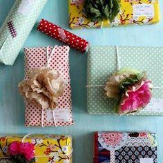 Des fleurs à la place des nœuds sur les paquets-cadeaux / Paper flowers on pakaging