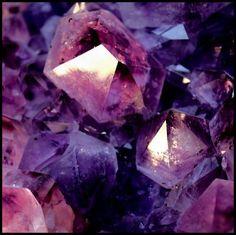 Ametista: Encontrada nas cores violeta, vermelho e violeta pálido é a pedra mais apreciada do grupo do quartzo. Lendas gregas e a sua cor vinho-púrpura, a associavam a Baco, o rei do vinho. A princípio era usada somente pela nobreza e o clero, mas com o passar do tempo foi tornando-se cada vez mais acessível e apesar de sua abundância, nunca perdeu seu valor e nunca saiu de moda. É facilmente encontrada em qualquer tamanho e formato. O Brasil é um dos maiores produtores de Ametista.