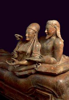 THE ETRUSCAN - Museo Nazionale Etrusco di Villa Giulia (Rome). Les étrusques: Admirer le sarcophage étrusque des amoureux, vieux de 2500 ans, qui représente un couple affichant une tendresse émouvante. Quand on a fait sa découverte en 1881, il contenait les cendres du couple.