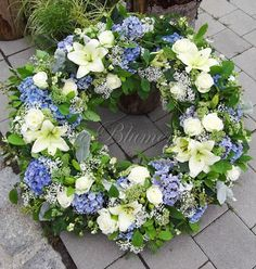 White Wreath, Diy Wreath, Floral Wreath, Funeral Flower Arrangements, Funeral Flowers, Wreaths And Garlands, Door Wreaths, Funeral Ceremony, Casket Sprays