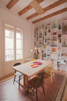 De vivienda a loft....great way to display collectibles, books, everything, without a feeling of clutter.