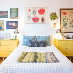 Contrary to popular belief, not every great bedroom needs a headboard. In fact, some of our favorite dwellings have no headboard at all! Here, we share our go-to tips and tricks for decorating your bedroom or bed without a headboard. Yellow Nightstand, Headboards For Beds, Headboard Ideas, No Headboard, Famous Interior Designers, Ideas Hogar, My Room, Bedroom Decor, Garden Bedroom