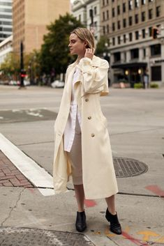 A great trench coat is fall essential! agrees, and you? Best Winter Coats, Winter Coats Women, Coats For Women, Cold Day, Hijab Fashion, Trench, Satin, Fall, Pretty