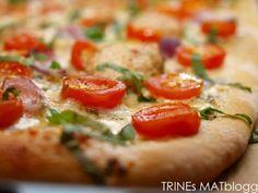 Hvit pizza med kylling, cherrytomater, mozzarella og basilikum - TRINEs MATBLOGG