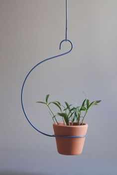Curved ceiling Plant Hanger from Mr Kitly via The Third Row Metal Hanging Planters, Hanging Pots, House Plants Decor, Plant Decor, Indoor Garden, Indoor Plants, Diy Plant Stand, Plant Stands, Iron Furniture