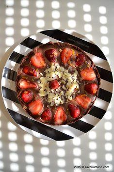 Tarta cu capsuni si ciocolata - fara coacere | Savori Urbane Acai Bowl, Deserts, Strawberry, Baking, Fruit, Breakfast, Food, Pie, Desserts