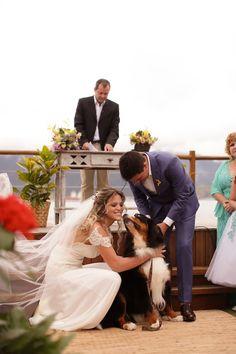 E na entrega das alianças, o cachorro do casal entra e chama toda a tenção! Que lindo!
