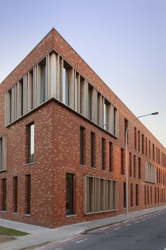 Centre social à Ledeberg (Bontinck Architecture and Engineering, Gent). Brick Cladding, Brick Facade, Brickwork, University Architecture, Brick Architecture, Brick Building, High Building, Facade Pattern, Interesting Buildings