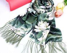 Elegantný dámsky hodvábny šál s motívom zelených listov (4)