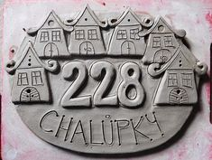 keramická cedulka - na obj. Pottery Houses, Ceramic Houses, House Name Plaques, Ceramic House Numbers, Ceramic Wall Art, Pottery Classes, Home Signs, Clay Projects, Clay Art