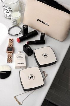 Chanel beauty, gold jewellery, glossier essentials, Charlotte tilbury make-up. Beauty guide for the holidays. Every eyeshadow a girl needs in her make-up bag. Chanel Beauty, Chanel Fashion, Fashion Beauty, Chanel Makeup Bag, Chanel Makeup Looks, Fashion Blogs, Tween Fashion, Pretty Makeup, Coco Chanel