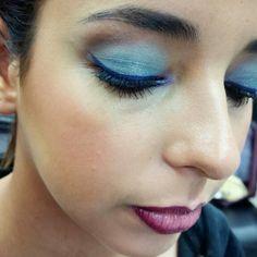 Aqui un degradado en azul usando de fondo un color camello, después un azul celeste y despues un azul mezclilla, delineado en azul y el toque de profundidad con un poco de café chocolate, labios nude y delineado en living leyend.