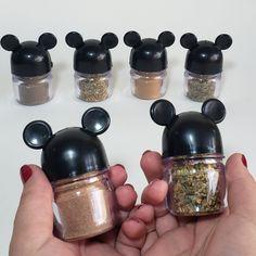 Cozinha Do Mickey Mouse, Mickey Mouse Kitchen, Casa Disney, Disney Rooms, Disney Kitchen Decor, Disney Home Decor, Disney Dishes, Mickey Mouse Decorations, Disney Stuffed Animals