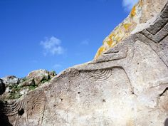 """Area archeologica di #Montessu a Villaperuccio #Sardegna Tomba2 . """"La domus viene chiamata """"Tomba della Spirali"""", in quanto si presenta riccamente decorata. L'anticella è decorata con ocra rossa ed incisioni """"a denti di lupo""""; il vano seplocrare, invece, presenta nelle pareti residue straordinari motivi incisi con festoni inscritti a semicerchio, spirali, corniformi ed una protome taurina in rilievo sotto la soglia di ingresso"""" #Nurachic"""