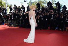 Último posado de #NicoleKidman, con su #vestido blanco de #GiorgioArmani, con pronunciado escote y lazo plateado .