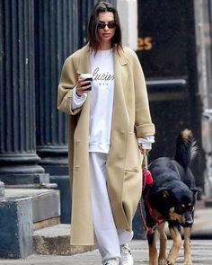 Seasonal Celebrity Style – Sweatpant Outfits – Emily Ratajkowski - 9 Celebs Who Know How to Make Sweatpants Look Cute Emily Ratajkowski Style, Star Fashion, Look Fashion, Fashion Outfits, Fashion Tips, Looks Street Style, Looks Style, News Logo, Estilo Gigi Hadid