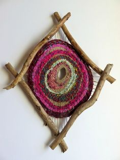 Textil Arte tejido How To Choose Fine Linens For Your Home Article Body: Nothing changes the look of Weaving Projects, Weaving Art, Loom Weaving, Tapestry Weaving, Hand Weaving, Circular Weaving, Yarn Bombing, Nature Crafts, Weaving Techniques