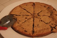 Weight Watchers Skinny Cookie Pie Kinda a snack. Even though it is weight watchers, it is STILL a cookie and moderation should still be used! Yummy Treats, Sweet Treats, Yummy Food, Baking Recipes, Cookie Recipes, Dessert Recipes, Chocolate Chip Cookie Pie, Chocolate Chips, Skinny Cookies