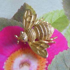 #Avon #BumblebeePin Vintage Gold Tone Figural Brooch Honeyl #vogueteam