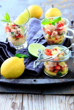 Ceviche är en klassisk peruansk förrätt som blivit populär i hela världen. Den är väldigt enkel att laga, men eftersom fisken serveras rå är det viktigt att den har god kvalité och dessutom varit fryst i minst två dygn. I originalet görs cevichen på vit fisk, men lax och färsk ananas ger både god smak och fin färg.